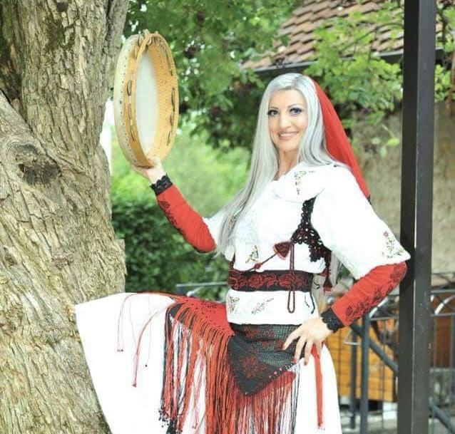 Modelja e famshme nga Zvicra, uron me veshjën kombëtare për 28 Nëntorin